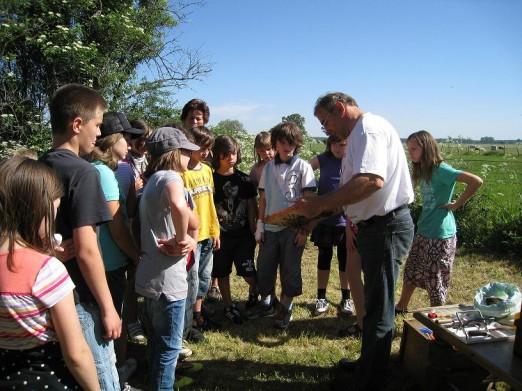 Herr Schultke zeigt Schülern seine Bienen
